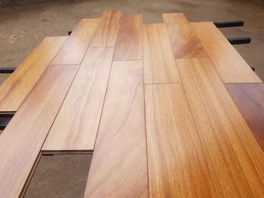 ván sàn gỗ gõ đỏ màu vàng