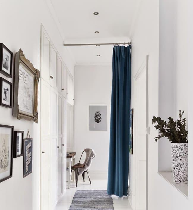 rèm vải màu xanh ngăn phòng khách và bếp